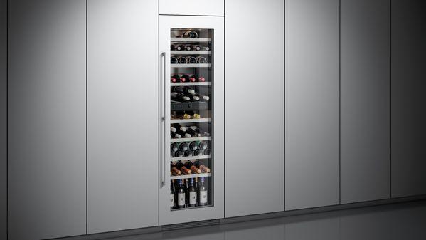 Weinklimaschrank mit Glasfront und Türrahmen aus gleichem Material wie Küchenmöbel